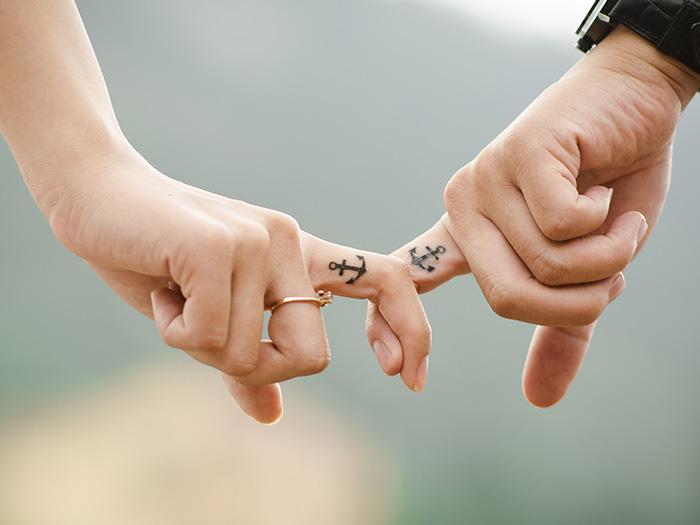 人差し指を繋ぐ男女